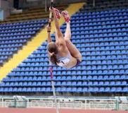 Zuzina Olga compite en la competición del salto con pértiga Foto de archivo libre de regalías