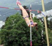 Zuzina Olga compite en la competición del salto con pértiga Foto de archivo