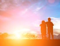 Zuzujubeln Bruder und Schwester An einem schönen Tag silhouettieren Sie conc Lizenzfreie Stockfotografie