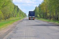 ZVENCHATKA,白俄罗斯- 2017年5月12日:在空的路的卡车 免版税库存图片