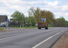 ZVENCHATKA,白俄罗斯- 2017年5月12日:在路的拖拉机 库存图片
