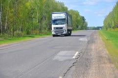 ZVENCHATKA,白俄罗斯- 2017年5月12日:在高速公路的卡车 图库摄影
