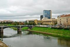 Zverynasbrug en het Litouwse Parlement in Vilnius stock afbeeldingen