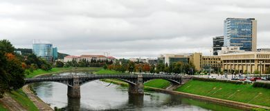 Zverynasbrug en het Litouwse Parlement in Vilnius royalty-vrije stock foto