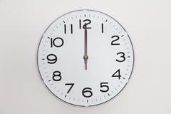 Zwölf o& x27; Uhr Stockbild