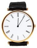 Zwölf Uhr und fünf Minuten auf Armbanduhr Stockfotografie