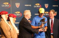 Zwölfmal Grand Slam-Meister Rafael Nadal während der Trophäendarstellung mit 2013 Emirat-Fluglinien-US Open-Reihen Stockbild