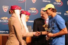 Zwölfmal Grand Slam-Meister Rafael Nadal während der Trophäendarstellung mit 2013 Emirat-Fluglinien-US Open-Reihen Lizenzfreies Stockfoto