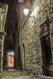 Zwęża się brukującą ulicę w starym miasteczku przy nocą, Francja Obraz Royalty Free