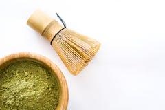 Zwaaien de Matcha groene thee in een kom en het bamboe geïsoleerd Stock Fotografie