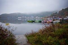 Zwaanboten in Kawaguchiko-meer buiten dienst in regenende dag Stock Foto's