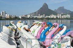 Zwaanboten Lagoa Rio de Janeiro Brazil Scenic Skyline stock foto's