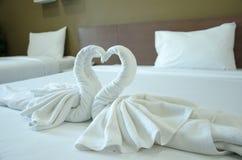 Zwaanhanddoek op bed Royalty-vrije Stock Afbeeldingen