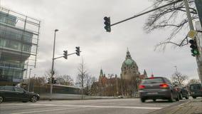 Zwaar autoverkeer op de centrale straat van Hanover Geschoten op Canon 5D Mark II met Eerste l-Lenzen stock video