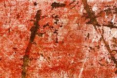 Zwaar beschadigd gekrast stuk van rood geschilderd hout Stock Fotografie