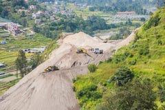 Zwaar Bouwmateriaal die in Nepal werken royalty-vrije stock afbeeldingen
