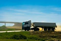 Zwaar lang vrachtwagenvoertuig Stock Afbeeldingen