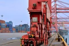 Zwaar materiaal in containerwerf naast dok, Xiamen, China Stock Foto's