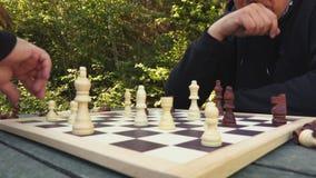 Zwaar menseneinde om schaak te spelen stock videobeelden