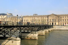 Zwaar metaalbrug over de Zegen, die tot het Louvre, Parijs, Frankrijk, 2016 leiden Royalty-vrije Stock Foto