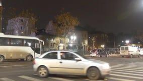 Zwaar nachtverkeer in de stad stock footage