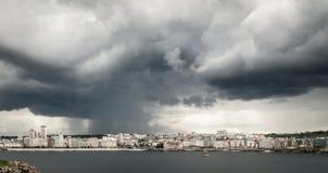 Zwaar onweer met regen over het stadscentrum van een Coruña, Spanje Stock Foto