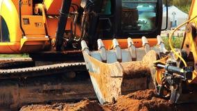 Zwaar rupsbandgraafwerktuig die in steengroeve werken Grote krachtige bouwmachine stock footage