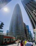 Zwaar verkeer bij de basis van de nieuwe Salesforce-toren op een zonnige dag, San Francisco, Californië stock foto's