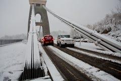 Zwaar verkeer die Hangbrug Clifton in het sneeuwverstand kruisen Royalty-vrije Stock Fotografie