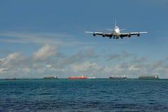 Zwaar verkeer van het globale verschepen. Vliegtuig, schepen Royalty-vrije Stock Foto