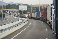 Zwaar verkeer of vrachtwagenvervoer tussen Noord-Afrika en Europa stock foto