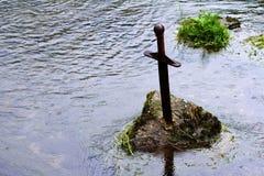 Zwaard in de steen in een stroom die Cheddar het UK doornemen Stock Fotografie