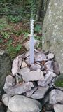 Zwaard in de steen geocache Royalty-vrije Stock Afbeelding
