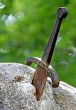 Zwaard excalibur van Koning Arthur in de rots wordt geplakt die Stock Fotografie