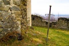 Zwaard in middeleeuwse kasteelbinnenplaats Royalty-vrije Stock Afbeeldingen