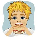 Zwaarlijvige vette jongen die de hamburger van de kippenkaas eten Stock Fotografie