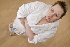 Zwaarlijvige vrouw op schaal Royalty-vrije Stock Foto