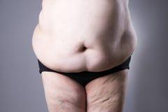 Zwaarlijvigheids vrouwelijk lichaam, vette dichte omhooggaand van de vrouwenbuik royalty-vrije stock fotografie