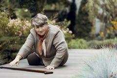 Zwak bejaarde die met wandelstok op hulp na ademnoodaanval wachten royalty-vrije stock foto