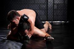 Zwakke MMA-vechter ongeveer aan kraan uit royalty-vrije stock afbeeldingen