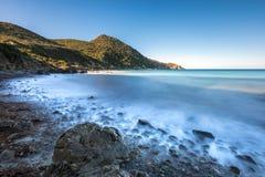 Zwalnia żaluzi fotografię fala łama na skałach w Corsica Fotografia Stock