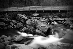 Zwalnia żaluzi siklawy fotografię z Drewnianym mostem w Wielkich Smokey górach zdjęcie stock