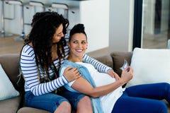 Zwanger lesbisch paar die echografierapport bekijken Royalty-vrije Stock Afbeeldingen