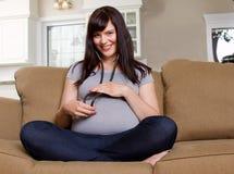 Zwanger Mamma die aan het hart van de baby luisteren Stock Afbeeldingen