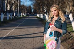 Zwanger meisje die rond het stadspark lopen in de vroege lente Royalty-vrije Stock Fotografie