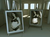 Zwanger meisje in diffuus licht 1 Stock Foto