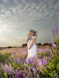 Zwanger meisje een boeket van wilde stroom Stock Foto