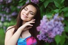 Zwanger meisje in kleding in lavendeltuin royalty-vrije stock afbeelding