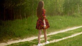 Zwanger meisje in kledingsgangen door het hout stock footage