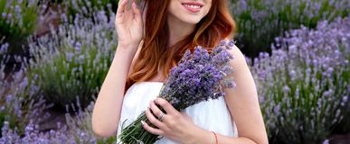 zwanger meisje in lavendel in de de zomertuin stock fotografie